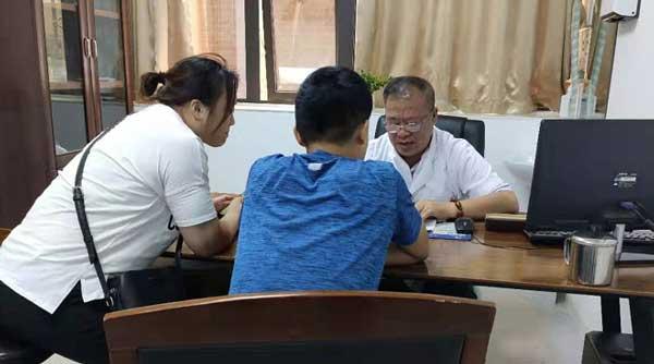 原北京302医院王景林教授在河南省医药院附属医院会诊高峰持续进行时